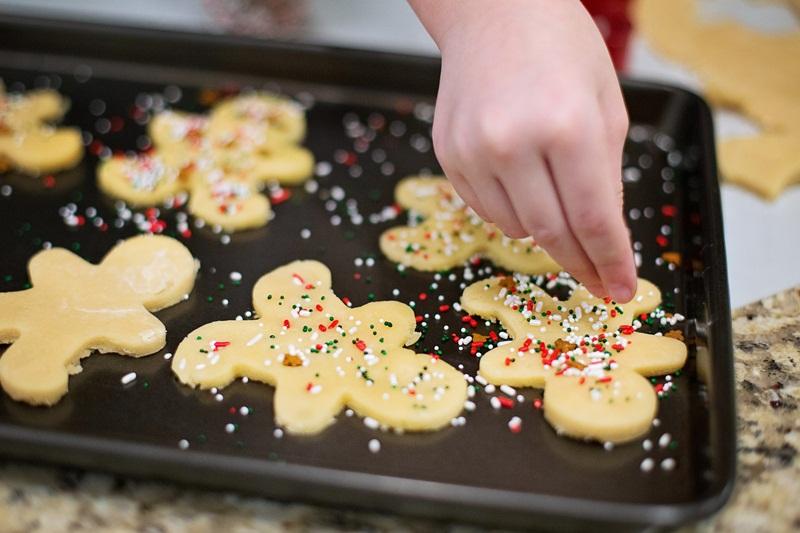 verb start b baking christmas cookies