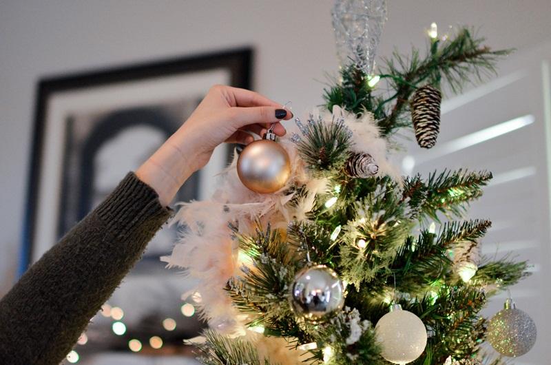 verb start a adorn christmas tree